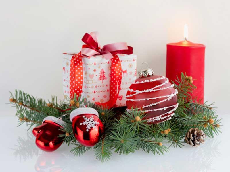 شمع های قرمز و سفید با تزیینات کریسمسی