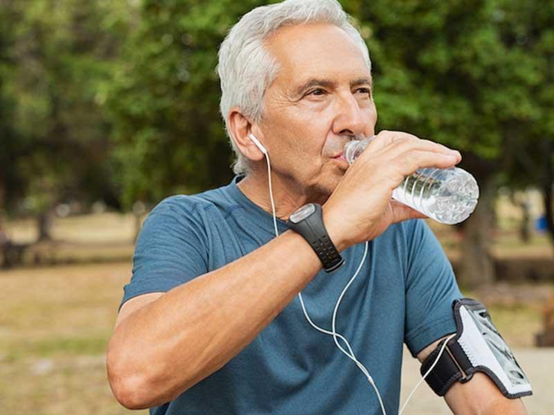 با بالا رفتن سن ، بدن نیاز به آب بیشتری دارد